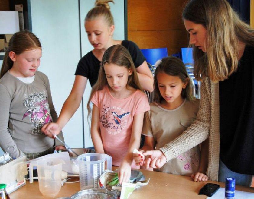 Jugendliche stellen mit Kindern Seife her