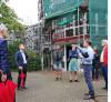 Eine Teil der Gruppe, Herr Glockner erläutert die Umbaumaßnamen in der Wohnanlage Wölblin