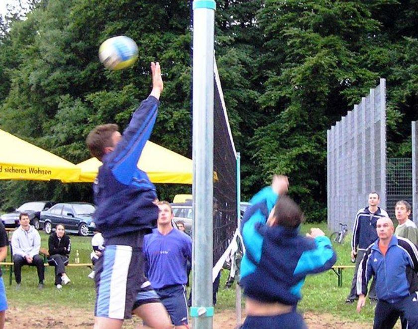 Turnier zur Eröffnung des selbstgebauten Volleyballfelds