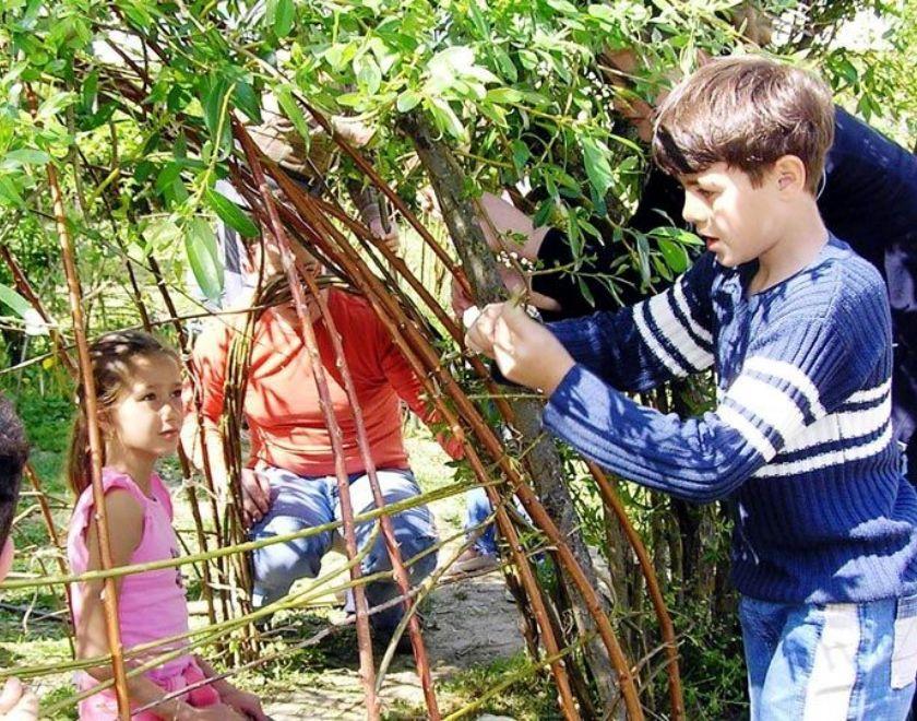 Wohnanlage Stadion: Eltern reparieren gemeinsam mit ihren Kindern Weidenhaus