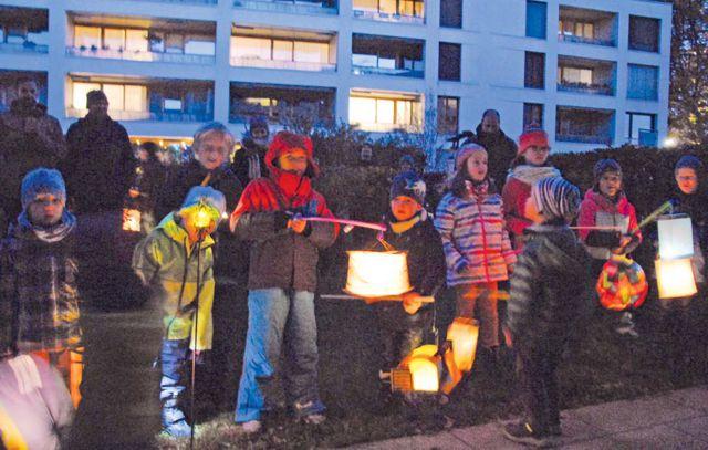 Singende Kinder mit Laternen im Dunkeln
