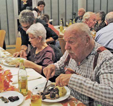 Menschen am Tisch beim Essen