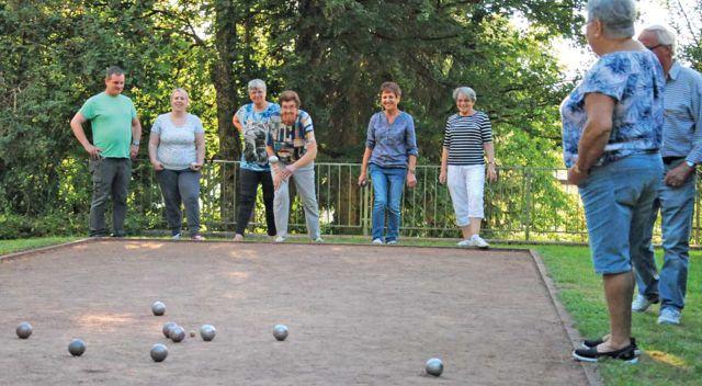 Menschen beim Boule spielen