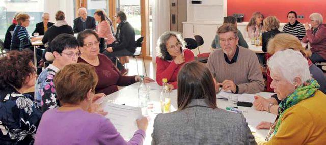 Menschen im Gespräch an einem Tisch