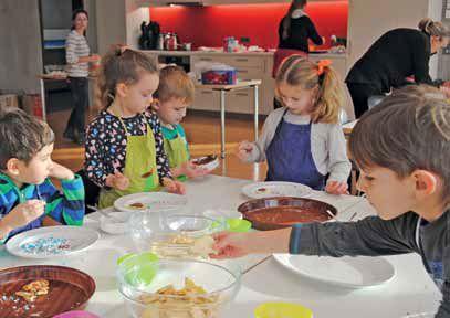 Kinder dekorieren Plätzchen