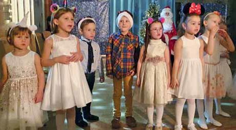 Mädchen und Jungen auf der Bühne mit Kostümen