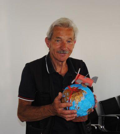 Herr Ernst mit einer gebastelten Weltkugel