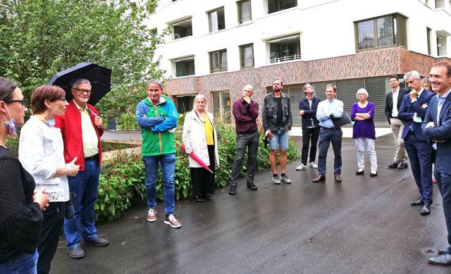 """Die Gruppe im Innenhof der Wohnanlage """"Am Eisweiher"""""""