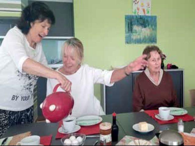 Drei Frauen am Kaffeetisch