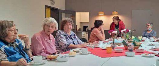 Frauen am gedeckten Tisch
